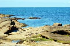 与岩石的法国海滩海岸 库存图片