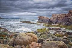 与岩石的海岸线在阿科底亚国家公园,巴港,缅因 免版税库存照片
