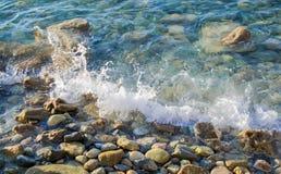 与岩石的海景美丽的蓝色清楚的海滨波浪 免版税库存图片