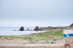 与岩石的海滩在背景中 库存图片