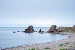 与岩石的海滩在背景中 库存照片