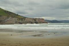 与岩石的海滩组成由与古新的Geopark巴斯克路线联合国科教文组织的复理层类型的形成的化石纪录 射击 库存图片