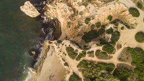 与岩石的海滩 库存图片