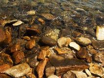 与岩石的海滩 免版税库存图片