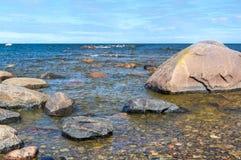 与岩石的海边 免版税图库摄影