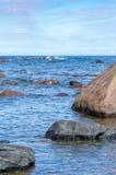 与岩石的海边 图库摄影