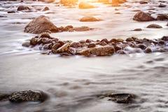 与岩石的海滩在长的曝光 免版税图库摄影