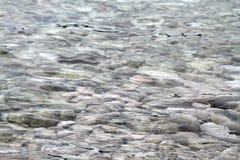 与岩石的海水 免版税库存照片