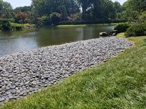 与岩石的湖边 免版税库存图片
