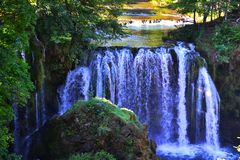 与岩石的瀑布在它前 库存照片