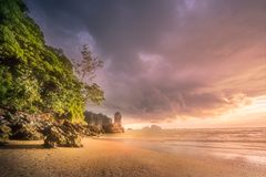 与岩石的热带海滩在海洋沙子海岸  图库摄影