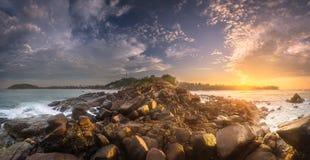 与岩石的热带海滩在海洋沙子海岸  库存照片