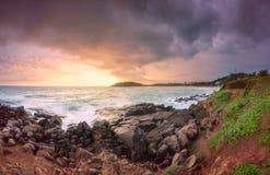 与岩石的热带海滩在海洋沙子海岸  免版税库存图片