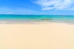 与岩石的热带海滩在一个完善的夏日 图库摄影