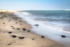与岩石的白色海滩在Bazaruto海岛上 免版税图库摄影