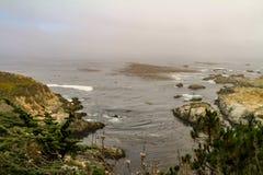 与岩石的美丽如画的海边风景 免版税库存照片