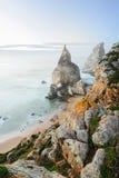 与岩石的美丽的海滩在葡萄牙,辛特拉,罗卡角,普腊亚da Ursa 免版税库存照片
