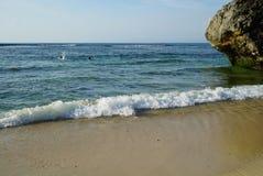 与岩石的美好的海景在海岸线附近 免版税图库摄影
