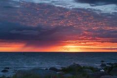 与岩石的美好的drammatic日落和美丽的天空 免版税库存图片