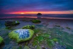 与岩石的美好的drammatic日落和美丽的天空 免版税图库摄影