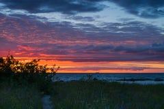 与岩石的美好的drammatic日落和美丽的天空 图库摄影