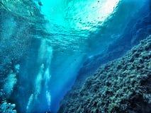 与岩石的水下的泡影 免版税库存照片