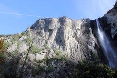 与岩石的Bridalveil秋天上部在右边,优胜美地国家公园,加利福尼亚 免版税库存照片