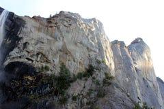 与岩石的Bridalveil秋天上部在左边,优胜美地国家公园,加利福尼亚 免版税库存图片