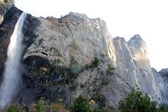 与岩石的Bridalveil秋天上部在左边,优胜美地国家公园,加利福尼亚 库存照片