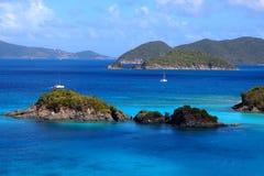 与岩礁的树干海湾 免版税库存图片