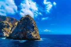 与岩质岛的海景在阿拉尼亚 库存照片