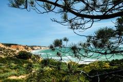 与峭壁和沙丘的风景在阿尔布费拉Portu附近的海滩 库存图片