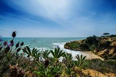 与峭壁和沙丘的风景在阿尔布费拉Portu附近的海滩 图库摄影