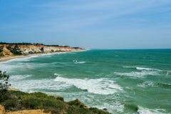 与峭壁和沙丘的风景在阿尔布费拉Portu附近的海滩 免版税库存照片
