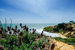 与峭壁和沙丘的风景在阿尔布费拉Portu附近的海滩 库存照片