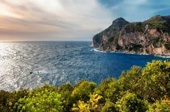 与峭壁和鲜绿色叶子的美好的海景从苍白 库存图片