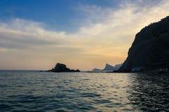 与峭壁的海滨在日落海天空岩石海岸 库存图片