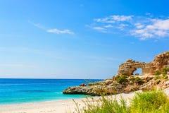 与峭壁的美丽的沙滩 爱奥尼亚海在Dhermi,阿尔巴尼亚 免版税库存图片