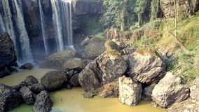 与峭壁的美丽的瀑布和大水池在底部 影视素材