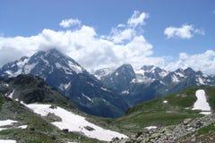 与峰顶和小河的一个山风景 免版税库存图片