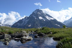 与峰顶和小河的一个山风景 库存照片