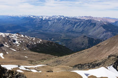 与峰顶和雪的山景 库存图片