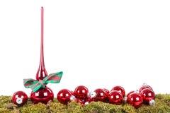 与峰顶的圣诞节在一个绿色底部的装饰和球 库存图片