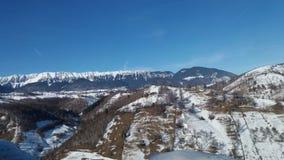 与峰顶的山下了雪 免版税库存照片