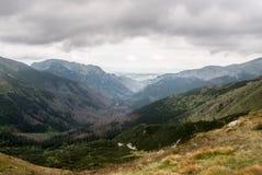 与峰顶的Dolina Pysznianska和Dolina Koscieliska谷从在斯洛伐克的Pysne sedlo -在西Tatra的波兰边界 图库摄影