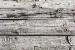 与嵌入的生锈的钉子的老被打结的腐烂的破裂的地板 免版税库存照片