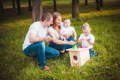 与嵌套箱和油漆的愉快的家庭 免版税库存照片