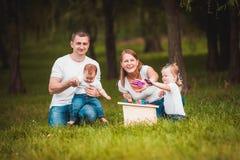 与嵌套箱和油漆的愉快的家庭 免版税图库摄影