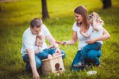 与嵌套箱和油漆的愉快的家庭 免版税库存图片