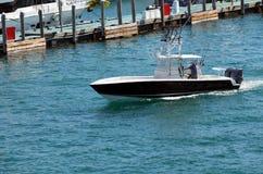 与巡航在佛罗里达内陆水路的白色修剪的小体育渔船黑色迈阿密海滩 小黑fishi 免版税库存图片